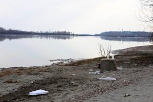 Мусор на берегу реки Бия