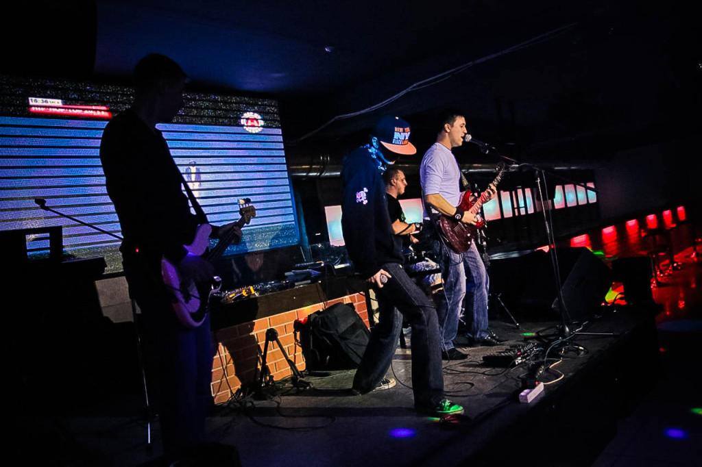 Группа на сцене