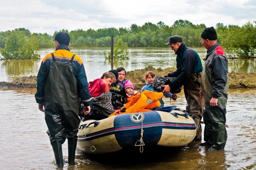 Наводнение в Бийске. Спасатели