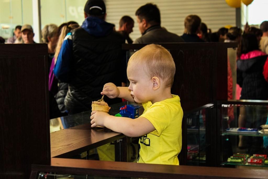 День защиты детей в ТЦ Созвездие. Ребенок ест мороженое