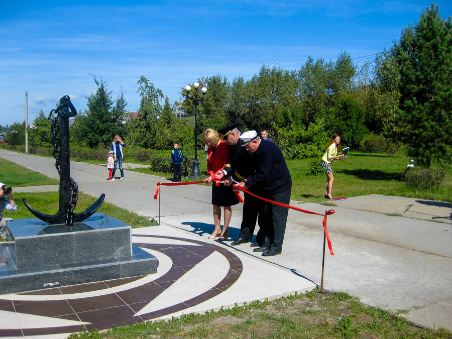 Открытие памятного знака Бии и Бийским речникам в Бийске. Памятник - якорь