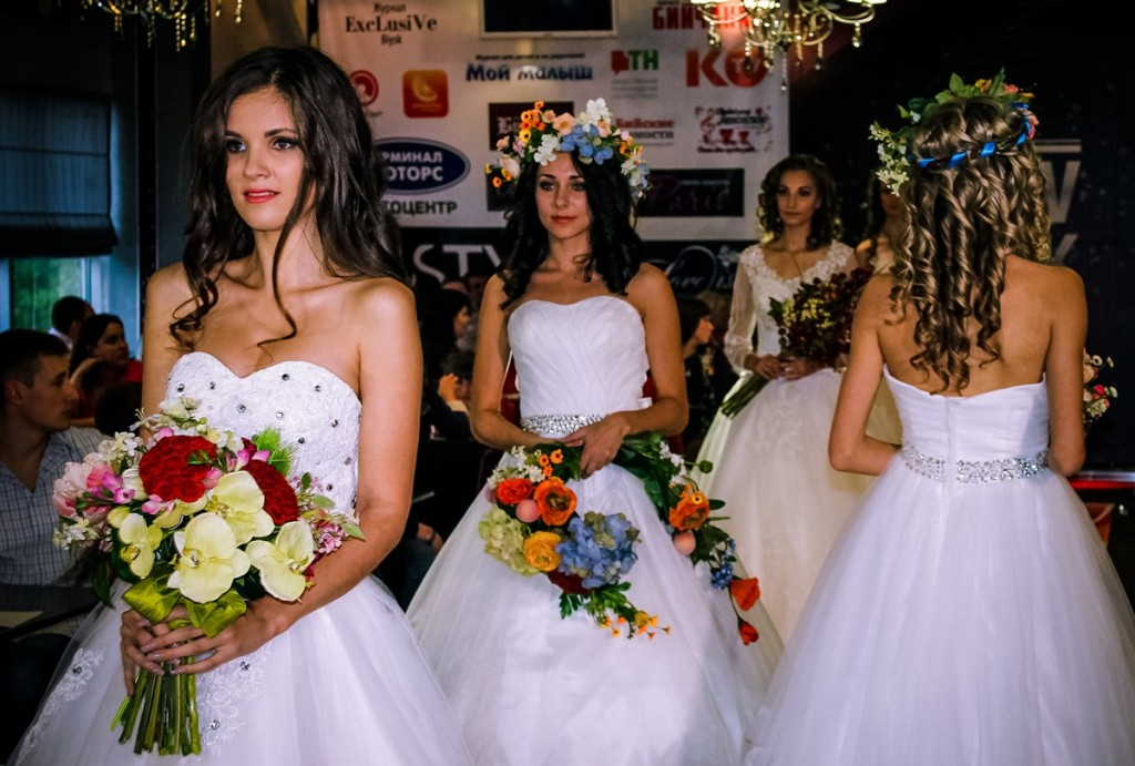 """Показ осенней коллекции одежды - 2014 от «NEW LOOK» в лаунж-баре """"Подиум"""" в г. Бийске. Свадебные платья и букеты невесты"""