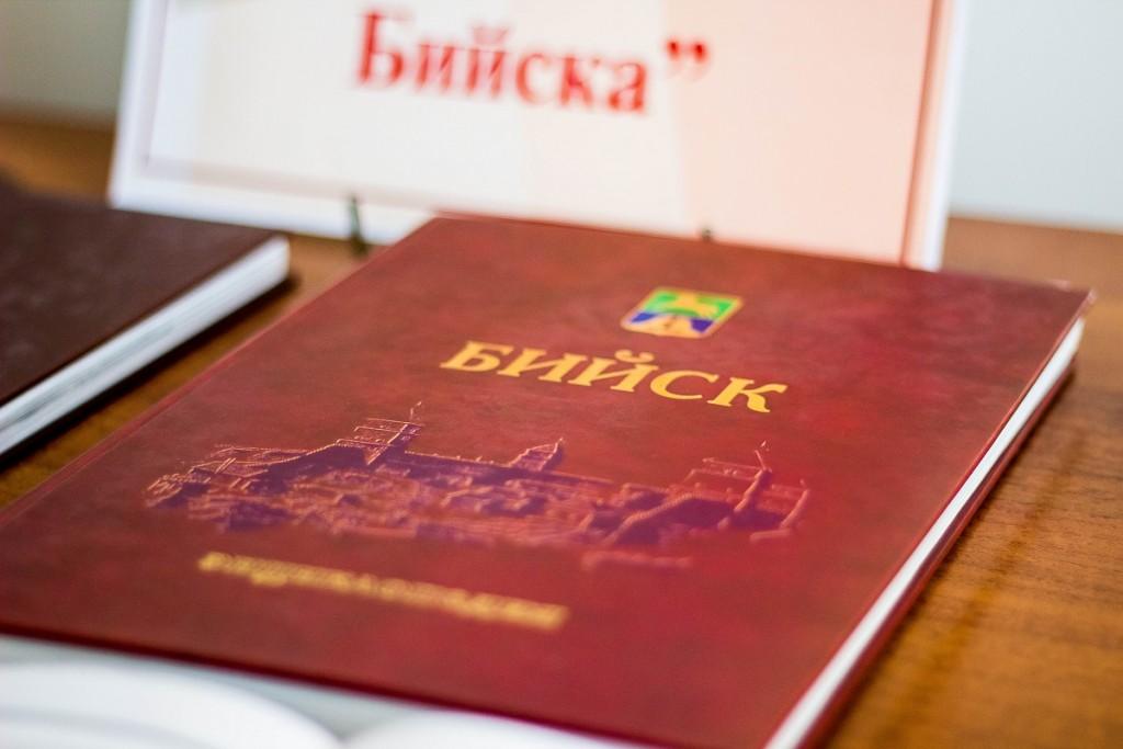 """Бийск. Выставка-знакомство """"Ими город гордится"""""""