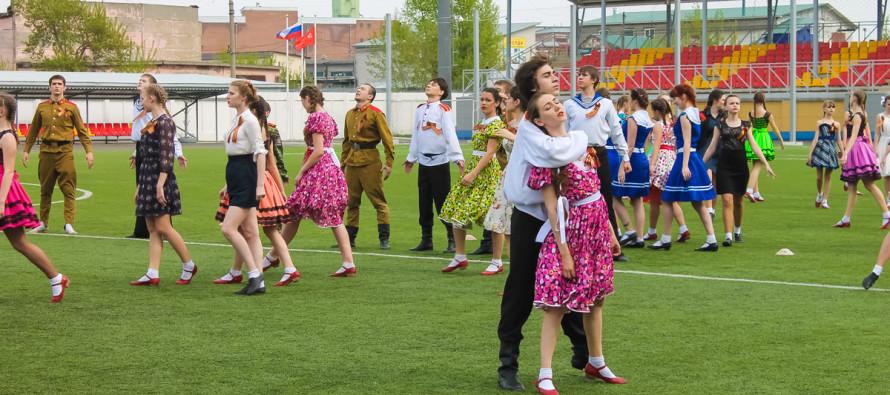 2000 бийчан хором спели «День Победы»