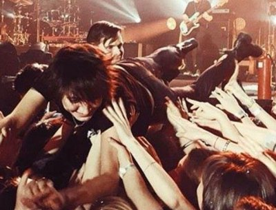 Земфира получила травму наберлинском концерте, прыгнув втолпу фанатов