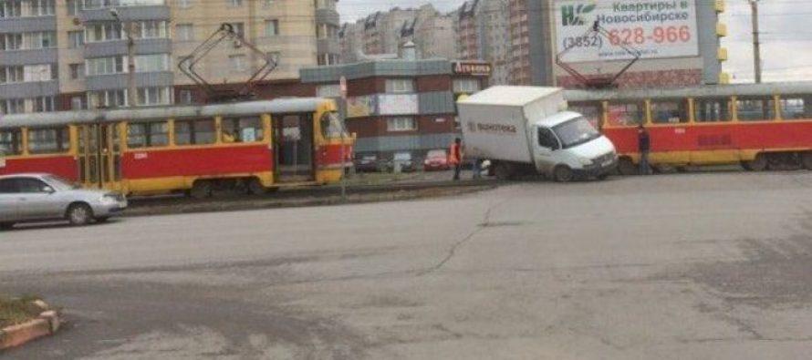 Трамвай в Барнауле «забодал» бока «ГАЗели»