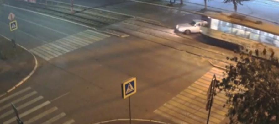 В Бийске «Волга» столкнулась с трамваем