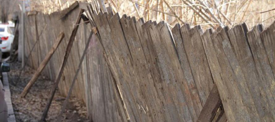 На улице Ленинградской девушку придавило упавшим забором