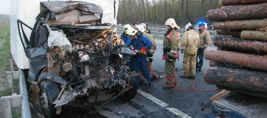 Под Бийском столкнулись два грузовика