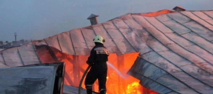 Горящий жилой дом в Белокурихе тушили 9 пожарных