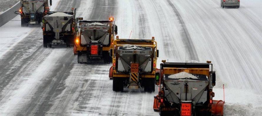 Более 200 единиц дорожной техники убирают снег с алтайских дорог