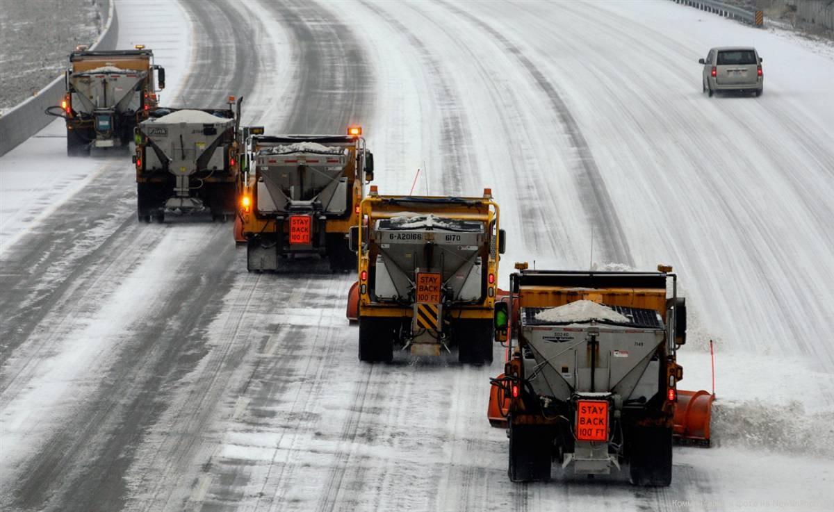 Неменее 200 спецмашин убирают снег салтайских дорог