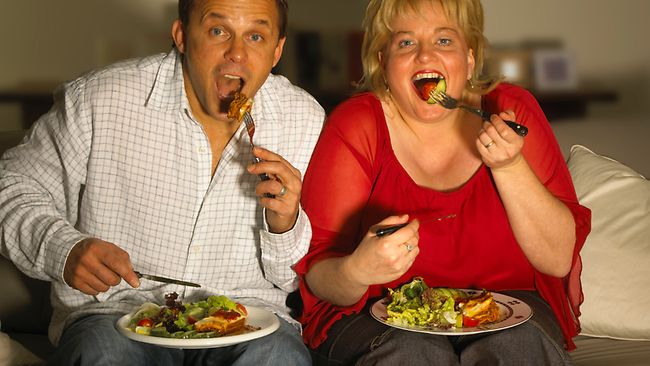 Ученые: Прием пищи зателевизором ведет кожирению