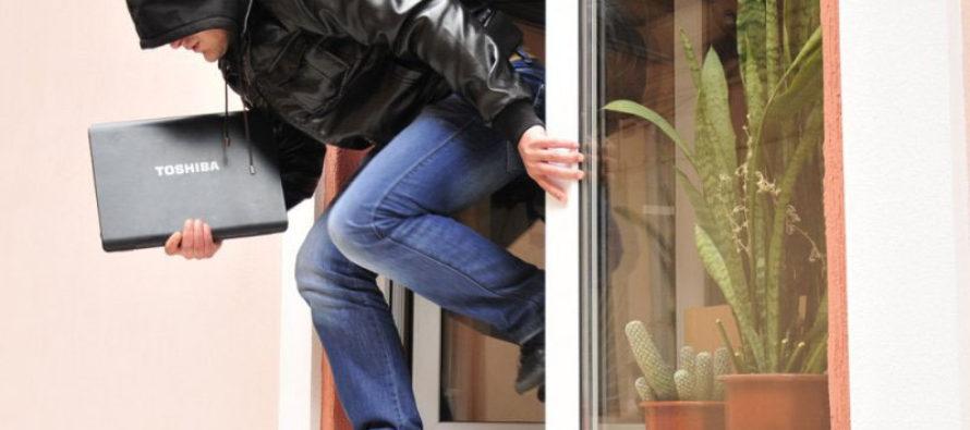 Вор украл ноутбук из кафе и уснул в соседнем здании в Барнауле