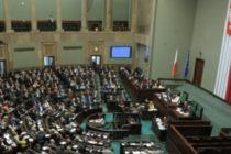 Оппозиция в Польше заблокировала выходы из здания нижней палаты парламента