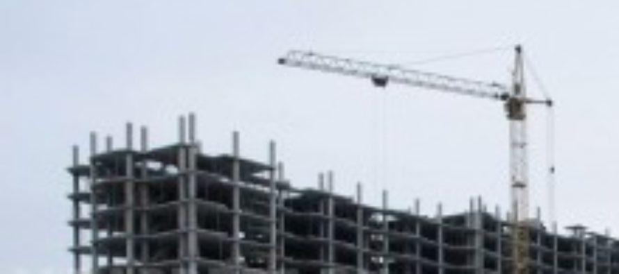 В Горно-Алтайске с высотки упал строитель