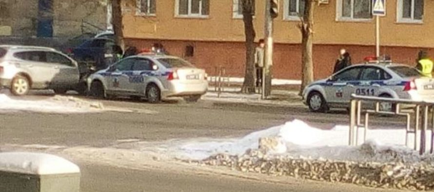 Барнаульский автоледи на внедорожнике протаранила ограждение