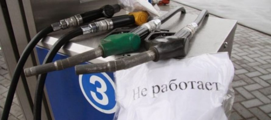 В Барнауле ищут водителя, который оборвал заправочный пистолет и скрылся