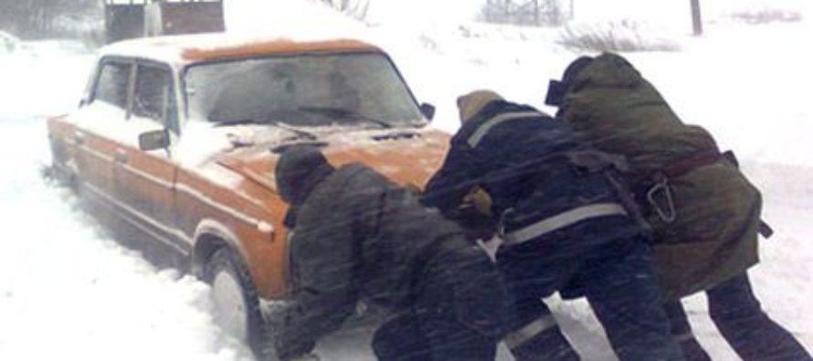 На Алтае угонщик попросил хозяина помочь вытолкать машину из сугроба