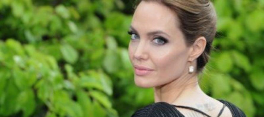 Анджелина Джоли вышла в свет без кольца