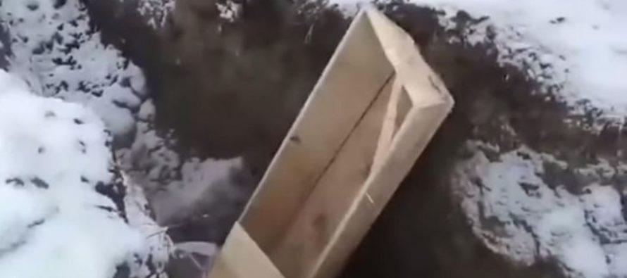 В Кемерово гробы закопали в траншею тракторами