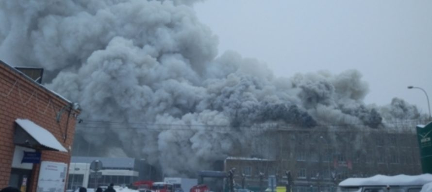 Красное пламя и клубы дыма: фото горящего барнаульского радиозавода