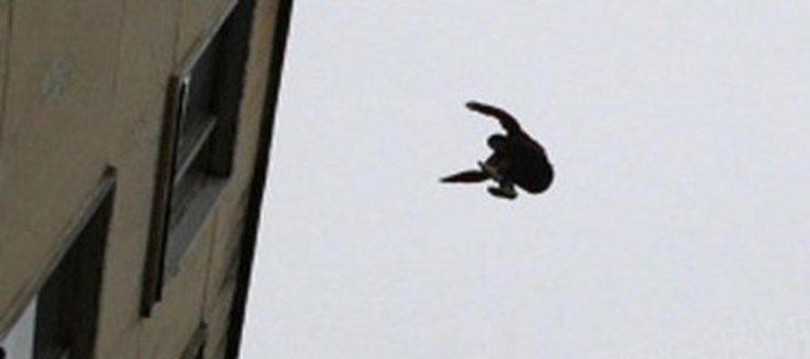 На Алтае погиб мужчина, упав с крыши многоэтажки