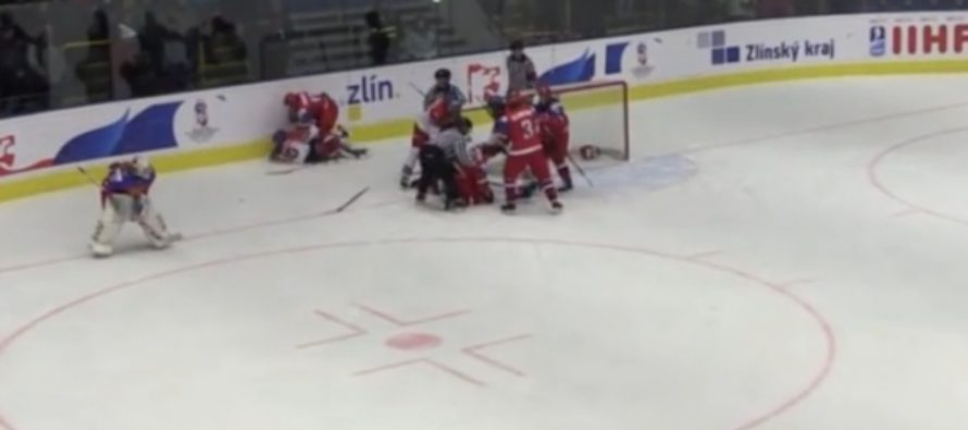 Российские и чешские хоккеистки подрались на ЧМ до 18 лет. Видео
