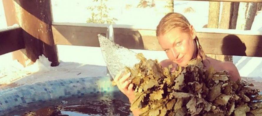 Анастасия Волочкова легла голой на снег