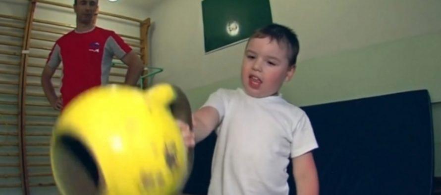 Четырехлетний мальчик из Иркутска поднимает гирю по сотне раз за подход