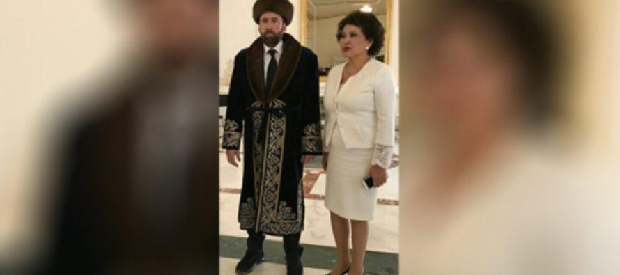 Актер Николас Кейдж прибыл в Казахстан и надел национальный костюм