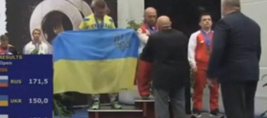 Российского пауэрлифтера дисквалифицировали за футболку с Путиным