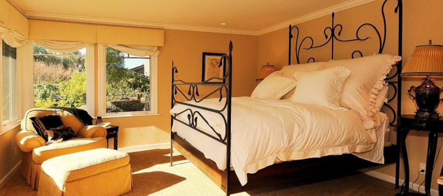Как вписать кованную кровать в интерьер?