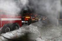 В центре Барнаула горело заброшенное деревянное здание