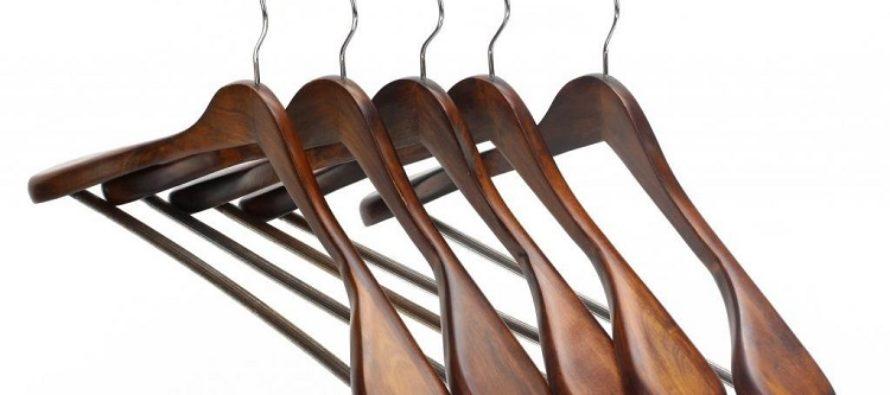 Достоинства и недостатки деревянных вешалок-плечиков