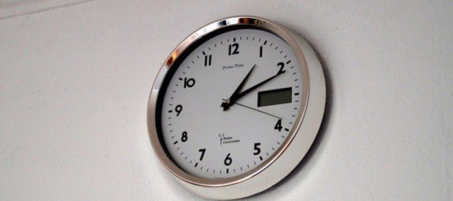 В Госдуме предлагает перевести стрелки часов в стране на час вперед