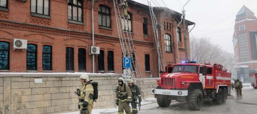 Уникальные экспонаты музея срочно эвакуировали из горящего здания в Барнауле