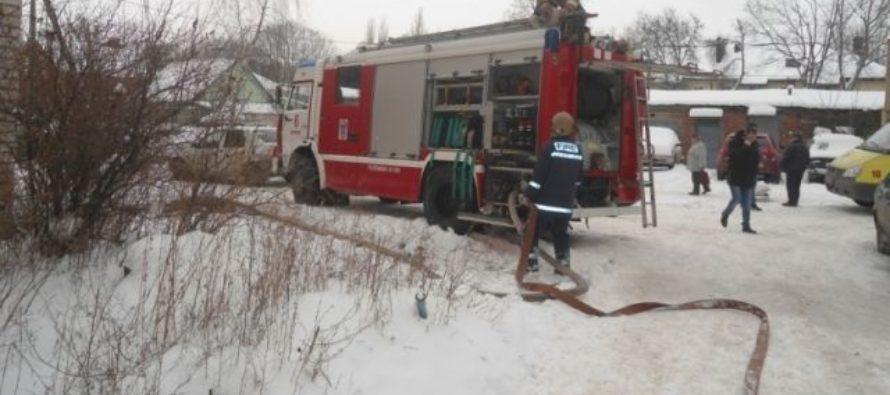 В Барнауле во дворе многоэтажки загорелась иномарка