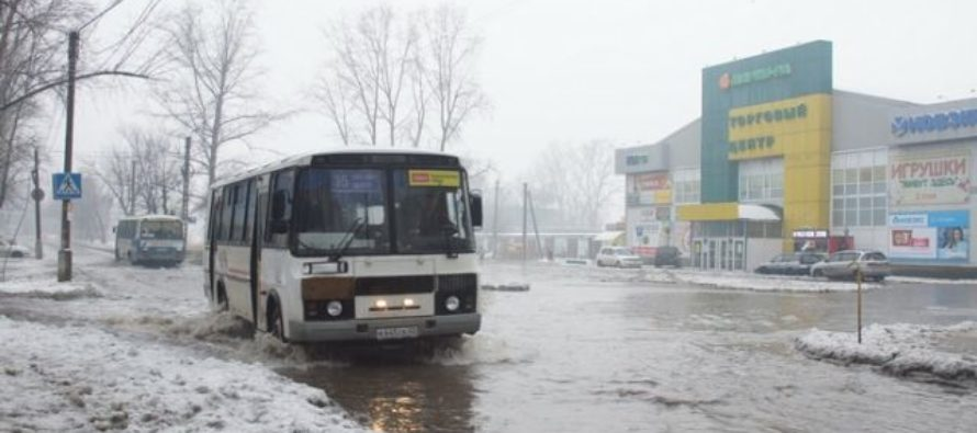 В Бийске затопило улицы и дворы из-за аномального количества осадков