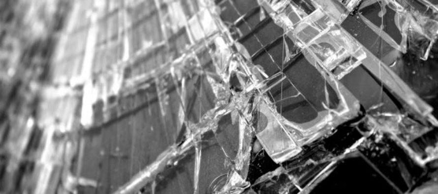Вандалы изуродовали вывески и разбили двери в пивных магазинах Бийска