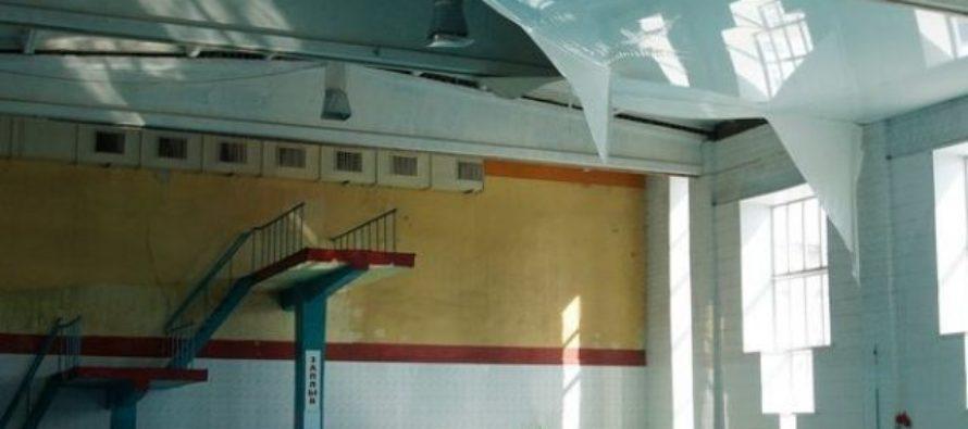Бассейн в спорткомплексе Бийска закрыли из-за обрушения потолка