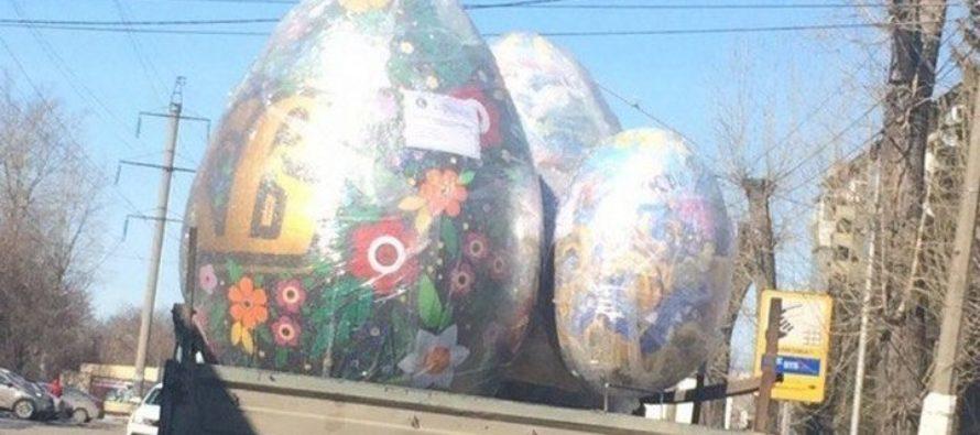 По улицам Барнаула провезли огромные макеты раскрашенных яиц