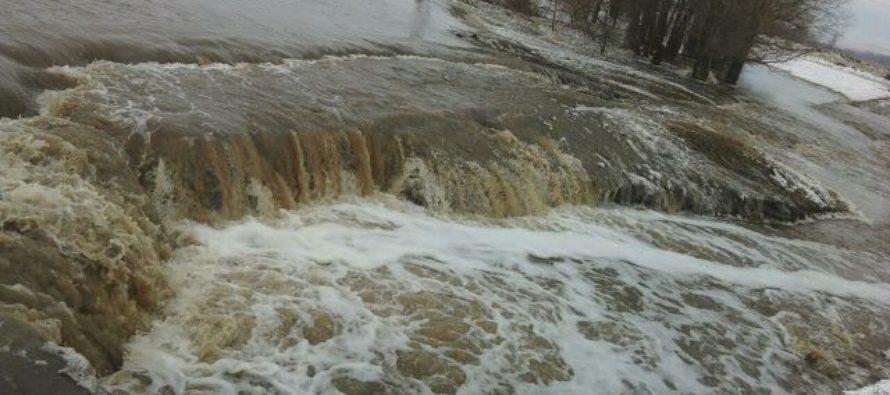В Новоалтайске талые воды разрушают мост
