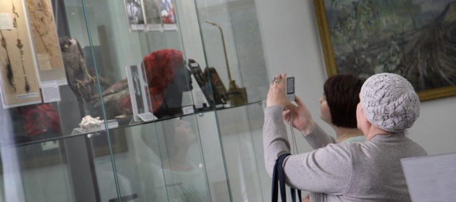 Раритеты трех музеев представили на выставке в Барнауле