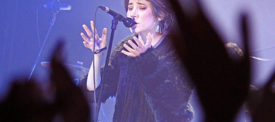 «По-прежнему хрустальный голос»: Земфира вернулась на сцену