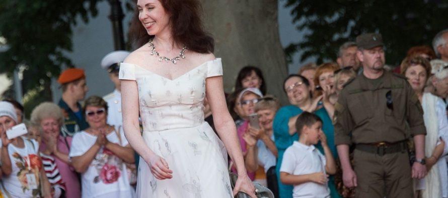 На красную дорожку «Золотого Витязя» Анна Большова вышла в платье цвета зефира, а Ивана Жигон в сербском костюме