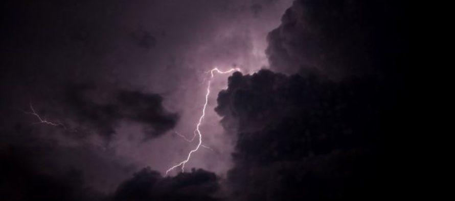 В Барнауле прогулочный теплоход с людьми попал в шторм на Оби