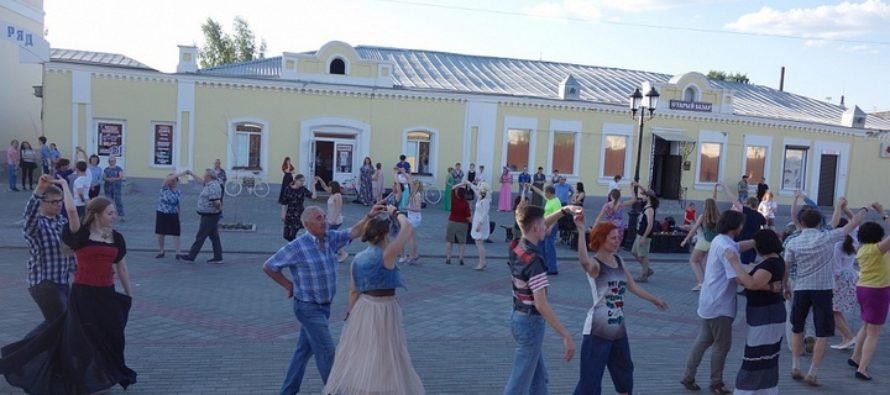 В Барнауле более 60 человек научились танцевать прямо на улице