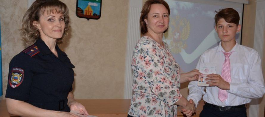 В канун Дня России юные барнаульцы впервые получили паспорта